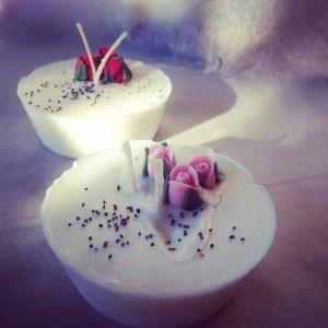 """""""Sugar""""  candeline in cera di soia con oli essenziali, adatte all'aromaterapia, con a decorazione graziosi boccioli di zucchero"""